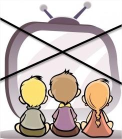 Enfant regarde la télévision