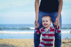 mains en l'air blog papa ratatam apprentissage marche bébé